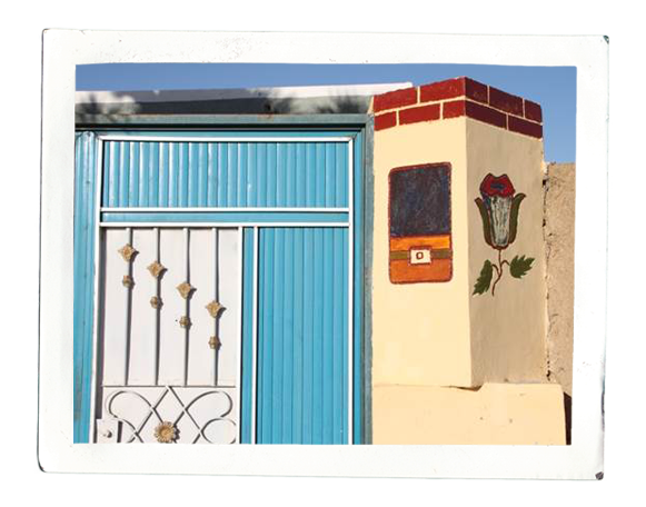 Colourfully designed entrance to a house compound on Mograt (photo: Cornelia Kleinitz)